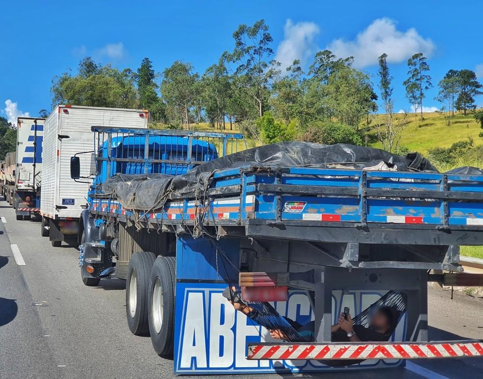 Caminhoneiro 'descansa' em rede improvisada durante congestionamento causado por veículo em chamas em Itu (SP) — Foto: Guina Pereira/Arquivo Pessoal