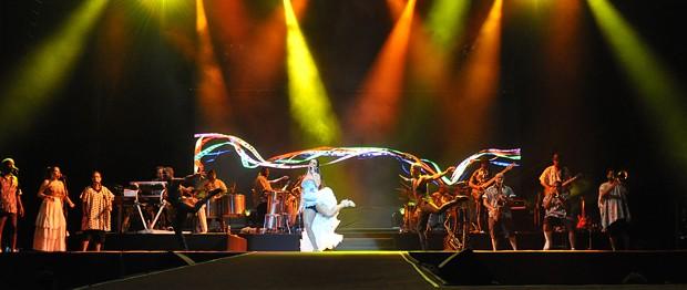 Cantora Ivete Sangalo e sua grande banda de apoio duranta apresentação no Paraguai (Foto: Norberto Duarte/AFP)