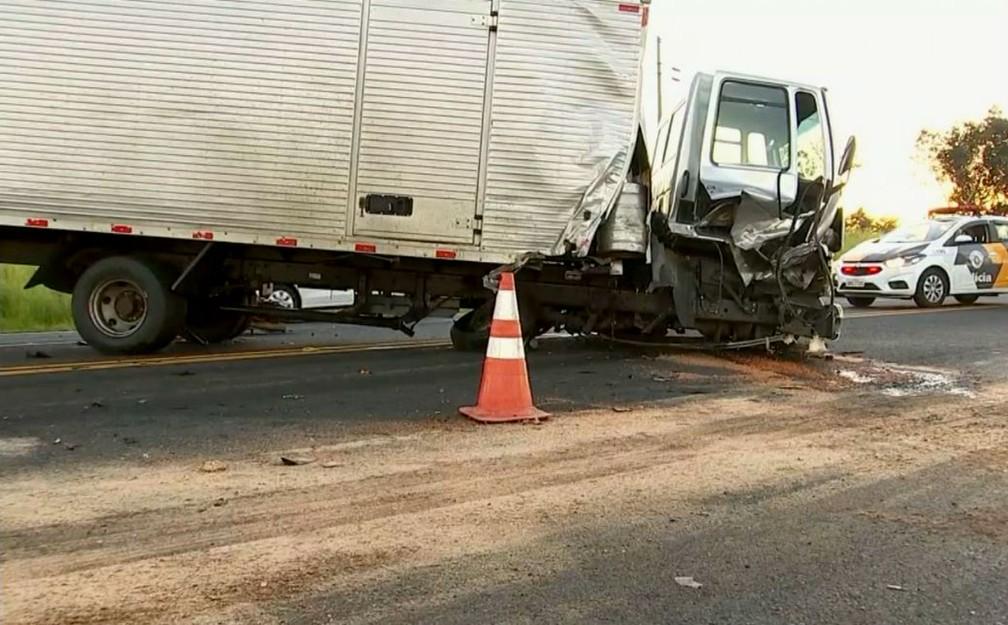 Violência do impacto arrancou o eixo dianteiro do caminhão (Foto: TV TEM/Reprodução)