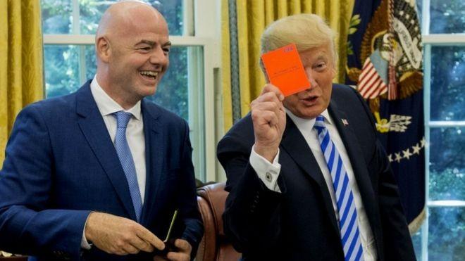 Trump apresentou um 'cartão vermelho' para a mídia, durante encontro com o presidente da Fifa na Casa Branca (Foto: EPA via BBC)
