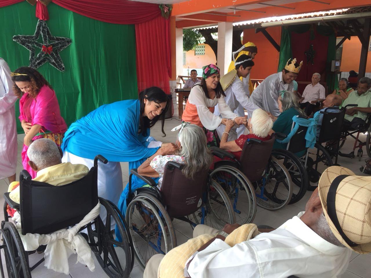 Espetáculo 'Uma Noite Santa de Natal' anima idosos do abrigo São José em Macapá