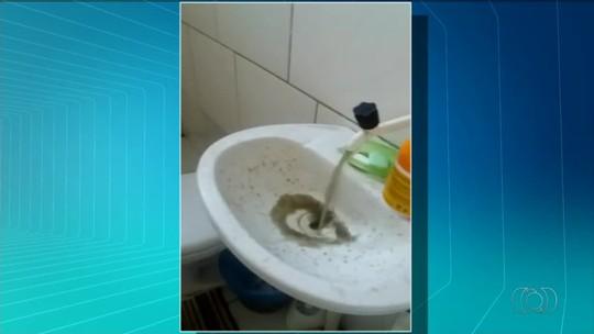 Moradores reclamam de água escura que sai das torneiras em Sandolândia; vídeo