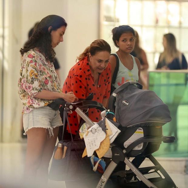 Eliane Giardini com a filha, Mariana, e o neto, Antônio (Foto: AgNews)