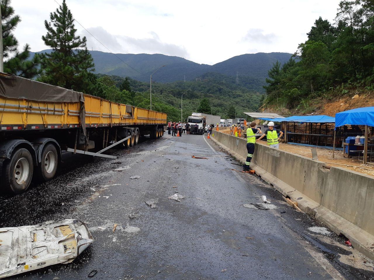 Acidente com cinco veículos causa interdição na BR-376, em Guaratuba