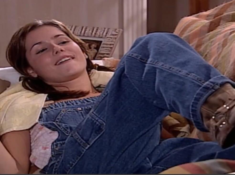 Íris (Deborah Secco) adora ver Sílvia (Eliete Cigarini) saindo com a mala na mão, em 'Laços de Família' — Foto: TV Globo