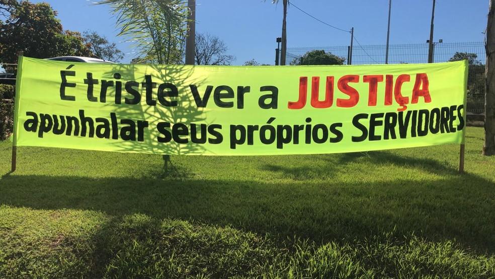 Servidores da Justiça levam faixas para protestar — Foto: Divulgação