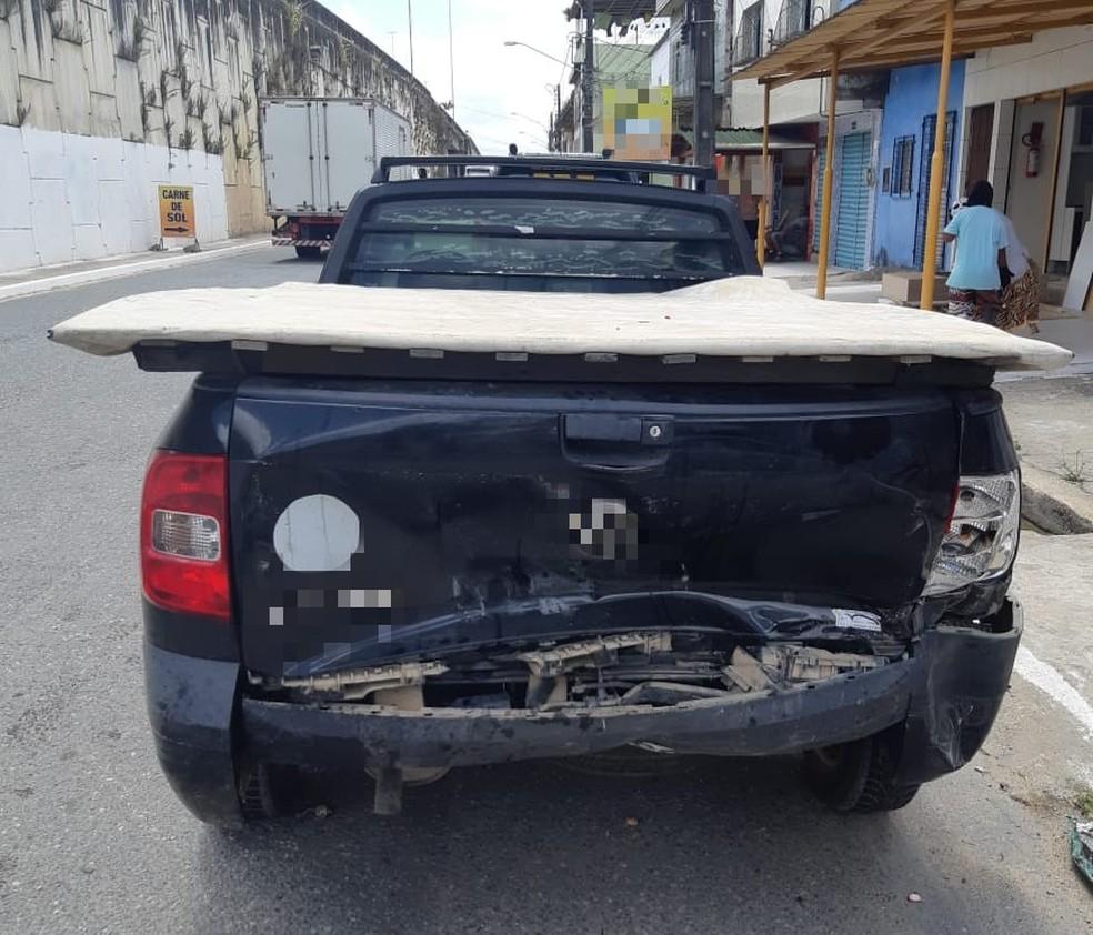 Caminhonete que estava estacionada foi atingida por veículo em estavam dois homens baleados em caro, em Moreno, em Pernambuco — Foto: Polpicia Rodoviária Federal/ Divulgação