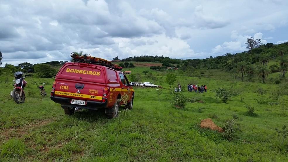 Bombeiros atendem ocorrência de queda de avião em Pato de Minas (MG) — Foto: Paulo Barbosa/G1