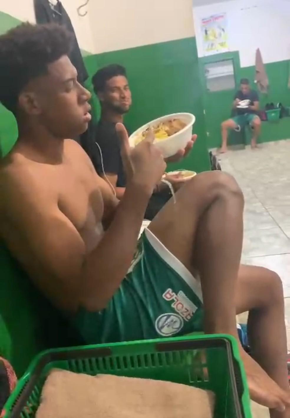 Jogadores do Rio Preto comem marmitas no vestiário do Anísio Haddad — Foto: Reprodução