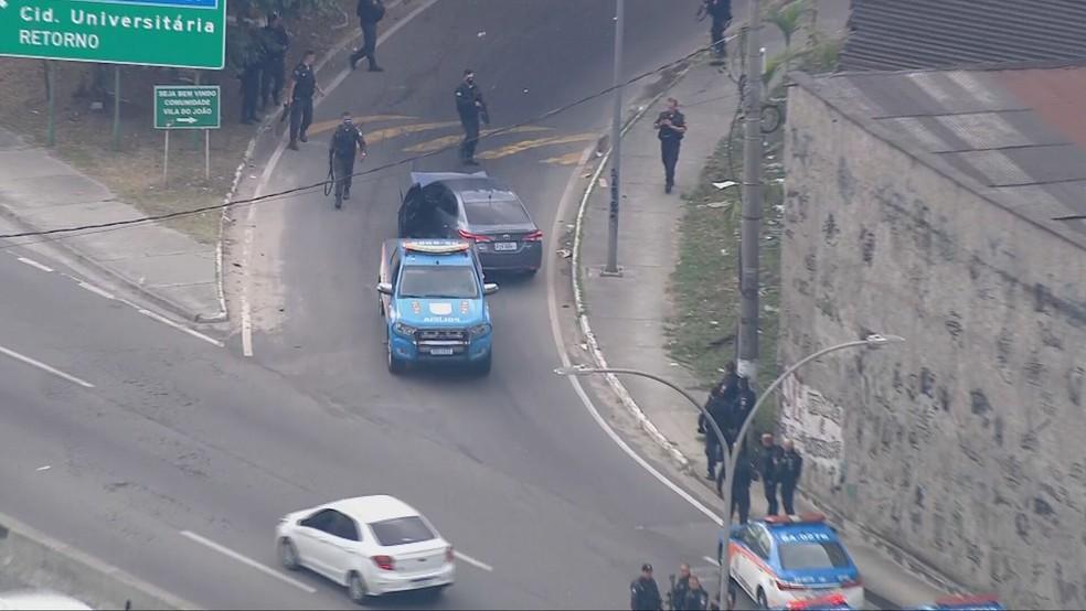 Veículo roubado é retirado da Linha Amarela — Foto: Reprodução/TV Globo