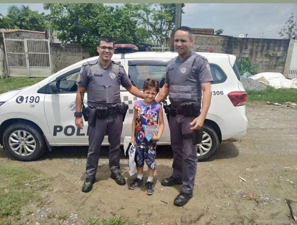 Policiais realizam pedidos de Natal de criança em Peruíbe, SP — Foto: Divulgação/Polícia Militar