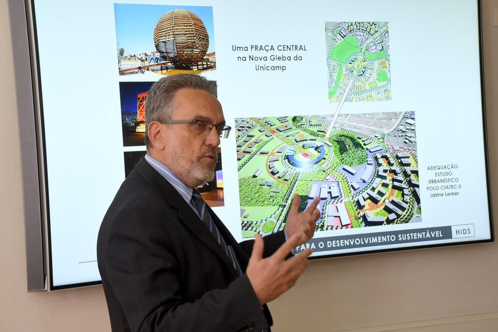 Professor Marco Aurélio Pinheiro Lima, responsável pelo Plano Diretor da Unicamp, mostra planejamento de hub internacional à PUC-Campinas — Foto: Antoninho Perri/Ascom/Unicamp