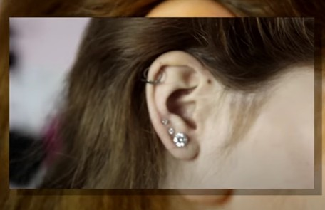 Ela também tem piercing na orelha Reprodução