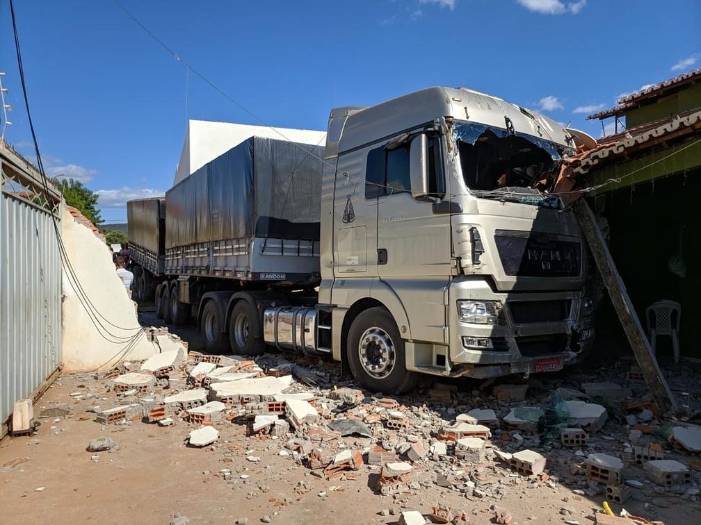 Parte lateral do imóvel ficou destruída — Foto: Blog do Braga