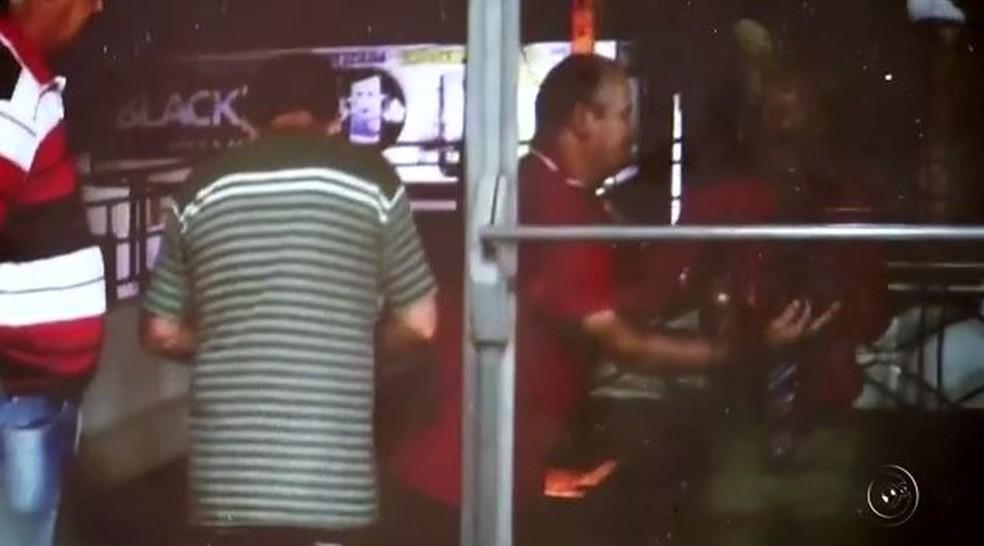 Vereador precisou ser contido por pessoas que acompanhavam sessão da Câmara em Andradina (SP) (Foto: Reprodução/TV TEM)