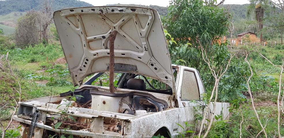 Desde 5 de novembro de 2015, caminhonete segue entre escombros em Paracatu de Baixo — Foto: Raquel Freitas/G1