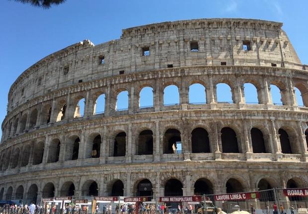 Imagem feita por turista do Coliseu de Roma renovado (Foto: Reprodução/Facebook)