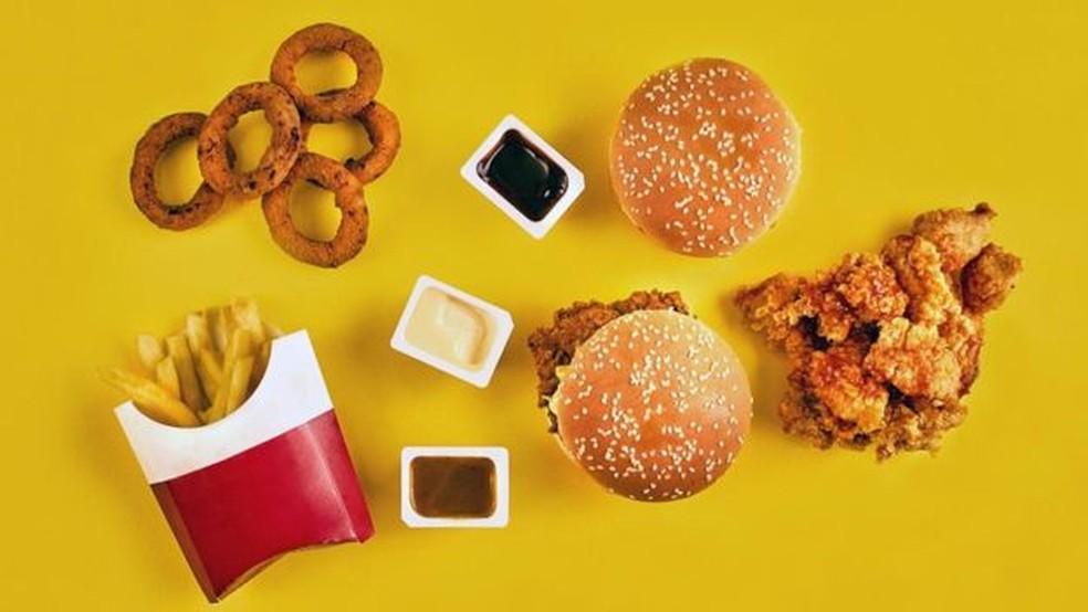 Alguns alimentos fritos, que contêm gorduras trans, podem aumentar os níveis de colesterol LDL — Foto: Getty Images