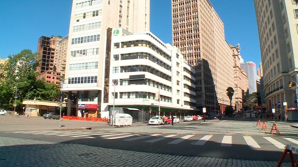 PORTO ALEGRE - A avenida Borges de Medeiros, no Centro de Porto Alegre, é vista vazia nesta quarta-feira (25) — Foto: Reprodução/RBS TV