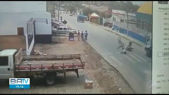 VÍDEO: Garoto é atropelado por moto ao atravessar faixa de pedestres em frente a escola na Bahia