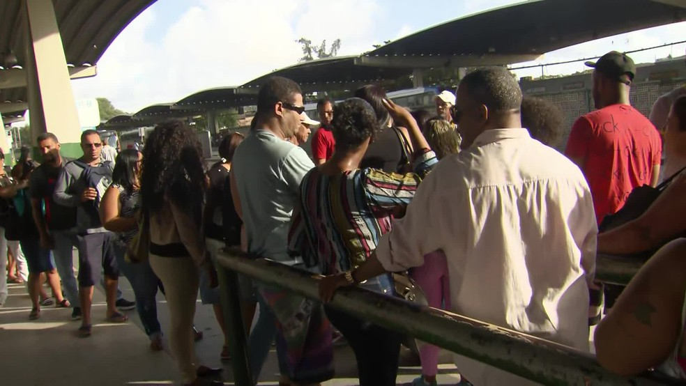 Ônibus atrasam e filas aumentam no Terminal Integrado da PE-15 nesta terça-feira (26) — Foto: TV Globo/Reprodução