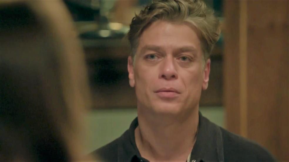 Arthur (Fábio Assunção) é pego de surpresa, mas não nega aposta — Foto: TV Globo