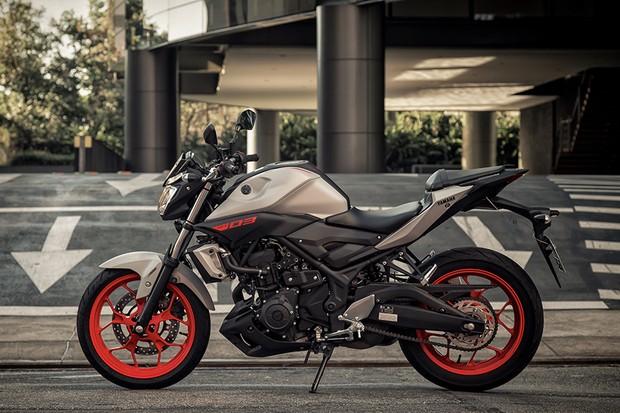 Yamaha MT-03 tem visual inspirado nas irmãs maiores MT-07 e MT-09 (Foto: Daniel das Neves / Autoesporte)