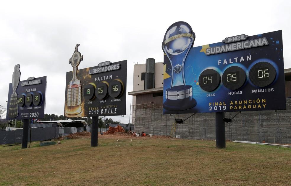 Painéis eletrônicos na sede da Conmebol, em Luque, Paraguai, mostram contagens regressivas para as finals das Copas Sul-Americana, Libertadores e América — Foto: REUTERS/Jorge Adorno