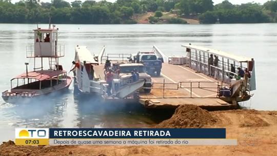 Retroescavadeira que caiu de balsa é retirada de rio após uma semana submersa