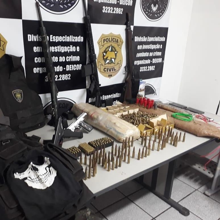 Polícia Civil prende dois suspeitos de roubos a bancos no RN e acha arsenal com fuzis e mais de 20 kg de explosivos