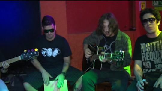 Banda A Banca se apresenta em Salvador e faz homenagem a Chorão