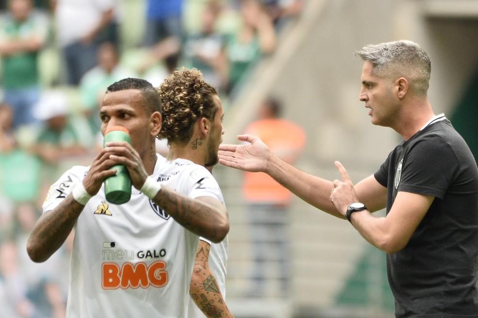 Otero e Guga são desfalques para Rodrigo Santana contra o Flamengo — Foto: Marcos Ribolli
