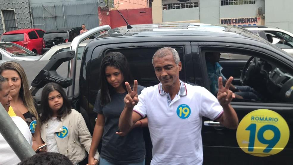 Romário chegou pouco antes do meio-dia para votar em seção eleitoral em escola de Parada de Lucas — Foto: Henrique Coelho / G1