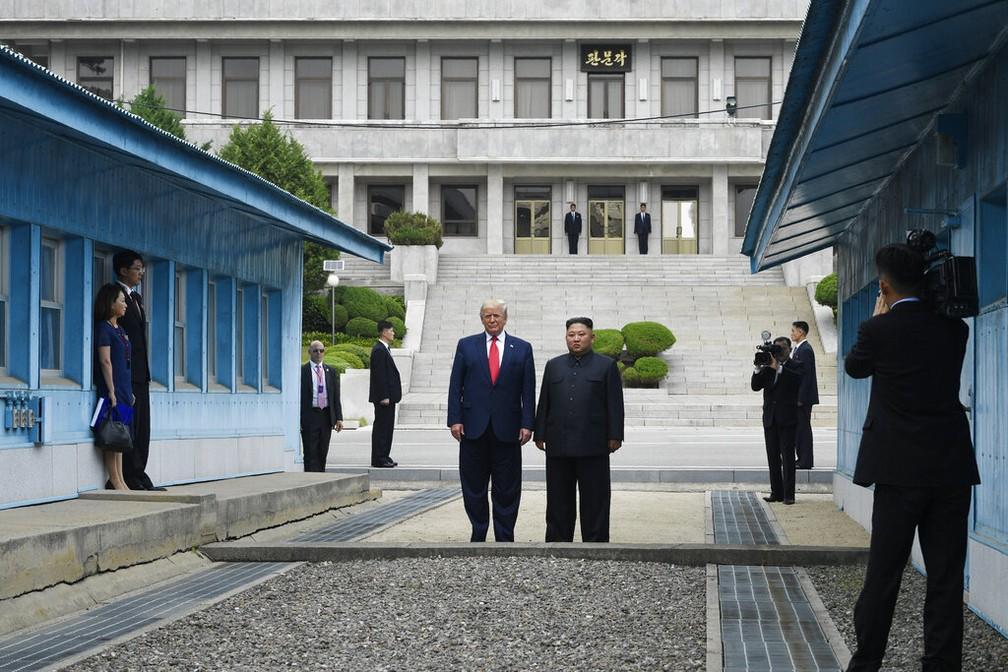 Trump e Kim no lado norte-coreano neste domingo (30). — Foto: Susan Walsh/AP