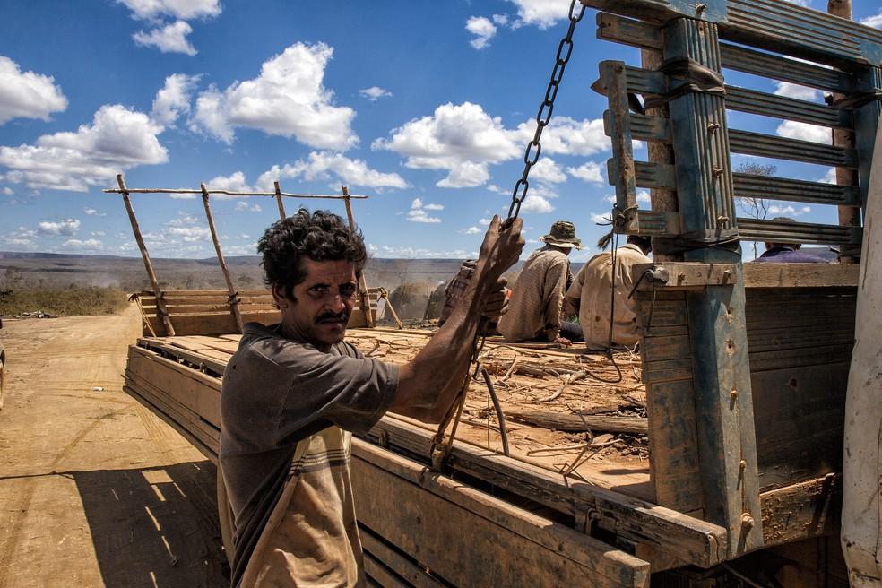 Fotografia de trabalhador resgatado em condição análoga a de escravo, em exposição em SP (Foto: Sérgio Carvalho)
