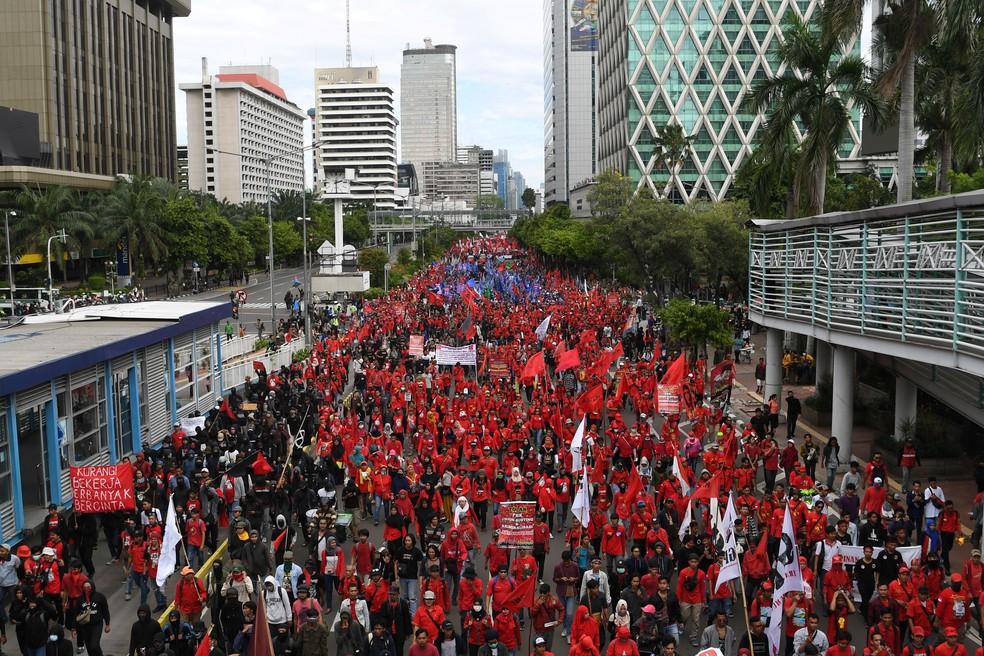Manifestantes fazem protesto em Jacarta, capital da Indonésia, pelo Dia do Trabalho, em imagem de 1º de maio deste ano. — Foto: Antara Foto/Wahyu Putro/via Reuters