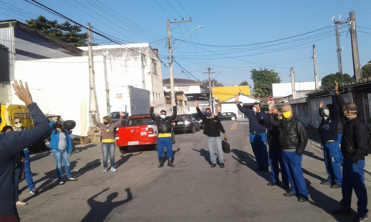 Funcionários dos Correios fazem protesto após dois testarem positivo para Covid-19 em São José