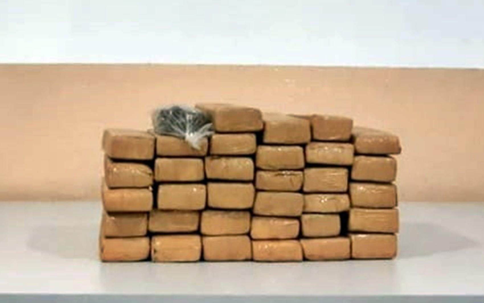 Suspeitos fogem da polícia e capotam carro com 34 tabletes de maconha em Lavras, MG