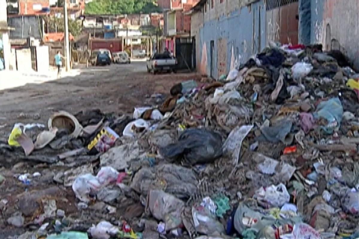 Lixo e entulho acumulados incomodam moradores de Ferraz de Vasconcelos