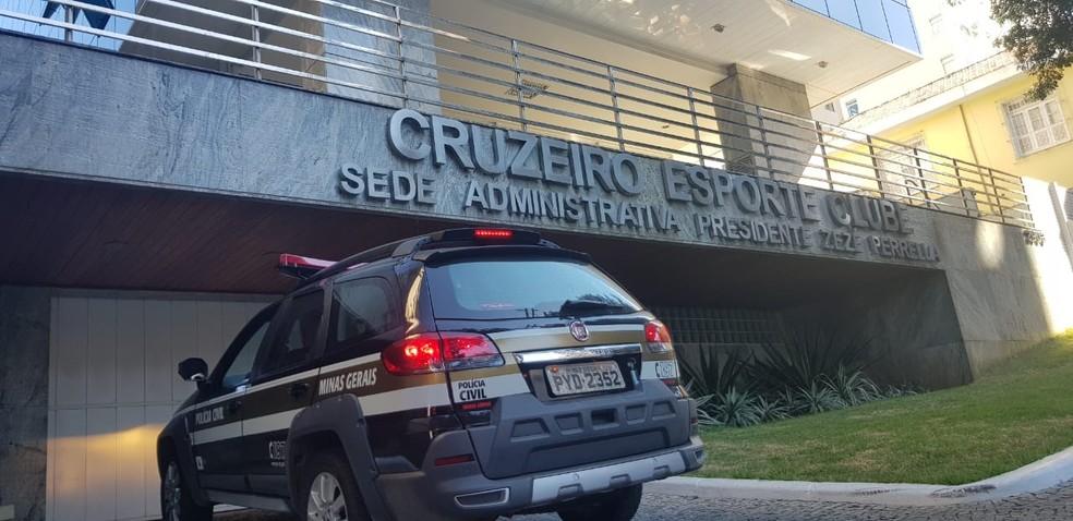 Viaturas da Polícia Civil na Sede do Cruzeiro — Foto: GloboEsporte.com