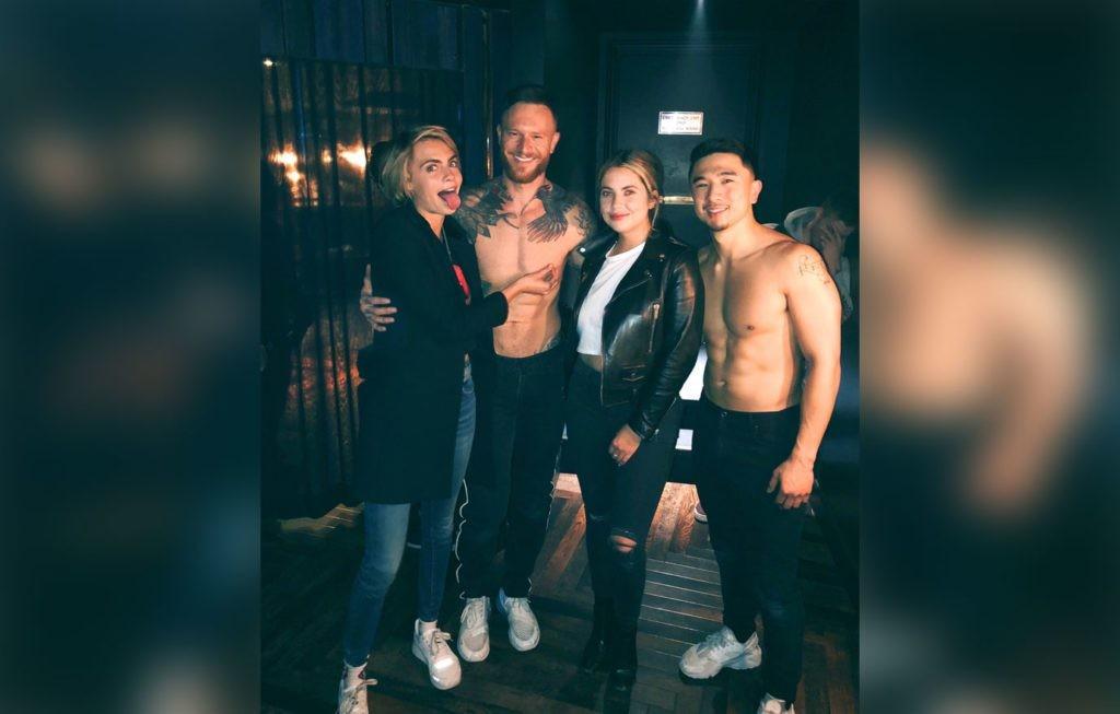 Cara Delevingne e a namorada Ashley Benson com strippers em Las Vegas  (Foto: Twitter)