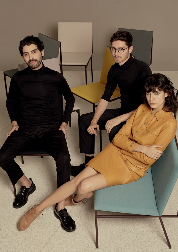 A partir da esquerda, os estilistas André Boffano e Sam Santos. Jaqueta (R$ 3.500) e saia (R$ 1.990), ambas da primeira coleção da dupla para a Bobstore (Foto: João Arraes)