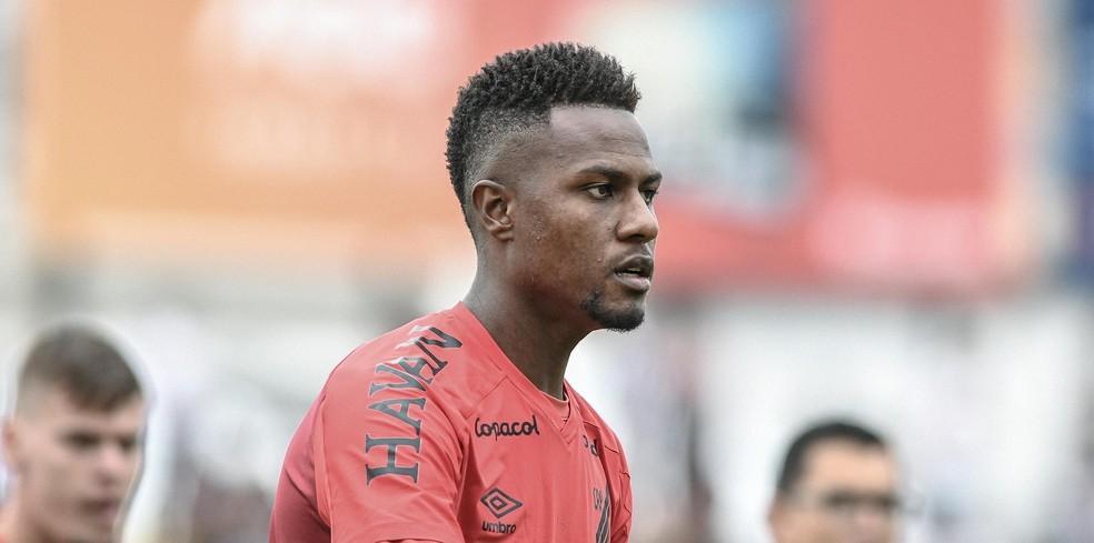 Zagueiro deixa Athletico-PR após dois jogos, e Palmeiras encaminha empréstimo a time de Portugal