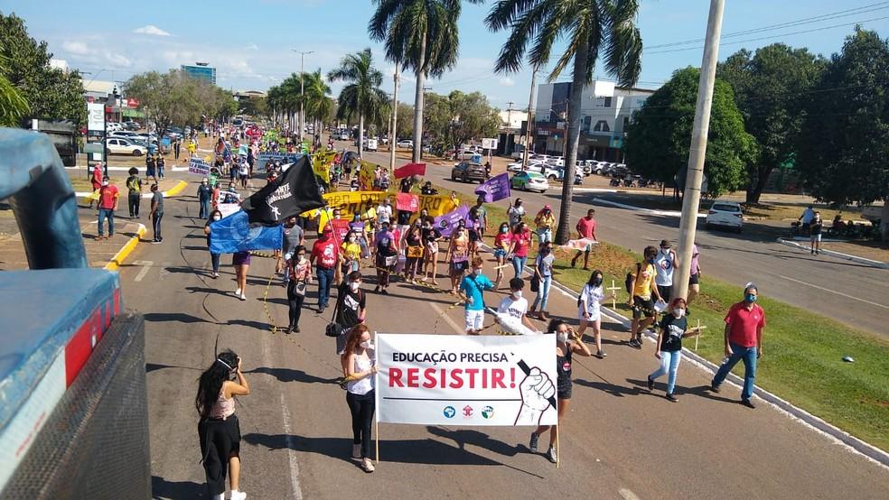 Manifestantes fazem caminhada em via no centro de Palmas — Foto: Charles Barros/TV Anhanguera