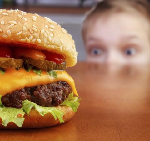 1 em cada 5 crianças consumiu fast food com mais frequência durante a pandemia, diz pesquisa