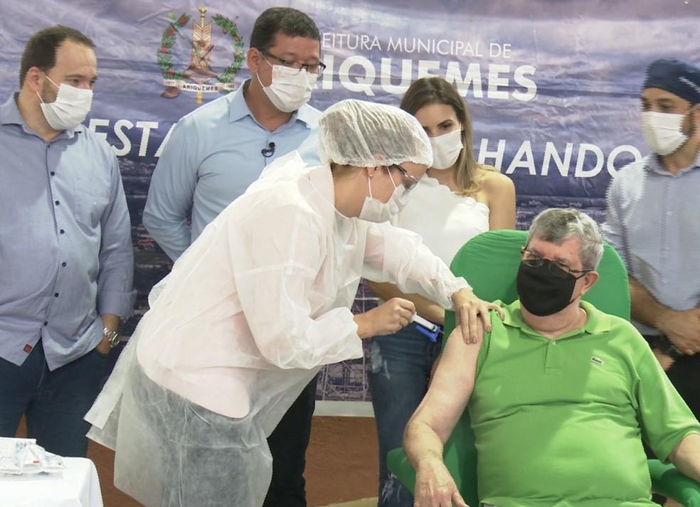 Agamenon Campos Souza médico pediatra de 75 anos foi o primeiro vacinado contra Covid-19 em Ariquemes (RO) — Foto: Rede Amazônica/Reprodução