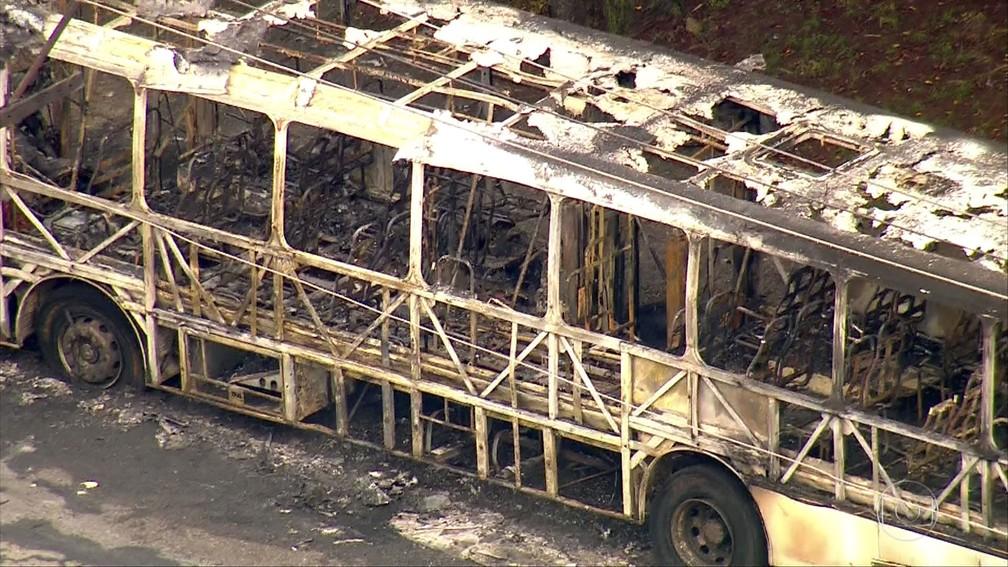 Ônibus é incendiado por criminosos na Vila Prudente, Zona Leste de SP — Foto: Reprodução TV Globo