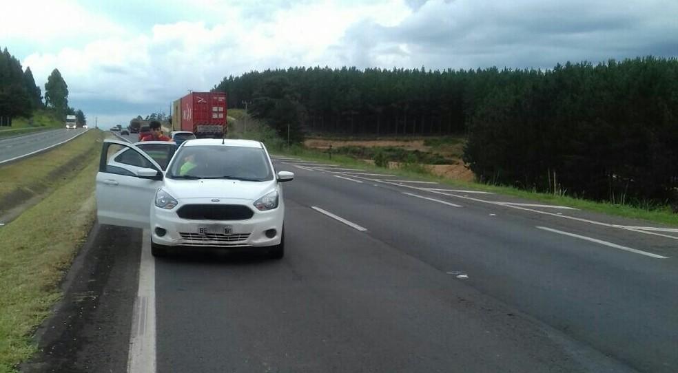 Quadrilha abandona carro com munição, após tentativa de assalto a carro-forte, na BR-376 — Foto: Divulgação/PRF