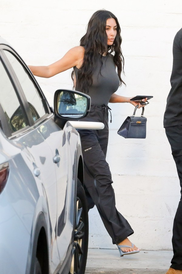 Kim Kardashian: chinelo com salto (Foto: Getty Images)