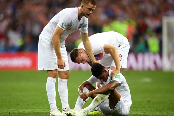 Jogadores da Inglaterra lamentando a derrota para a Croácia na semifinal da Copa do Mundo (Foto: Getty Images)